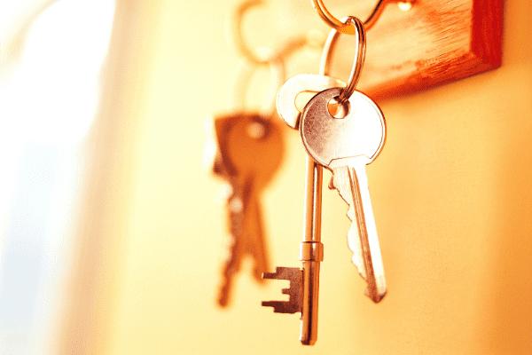clés accrochées au mur