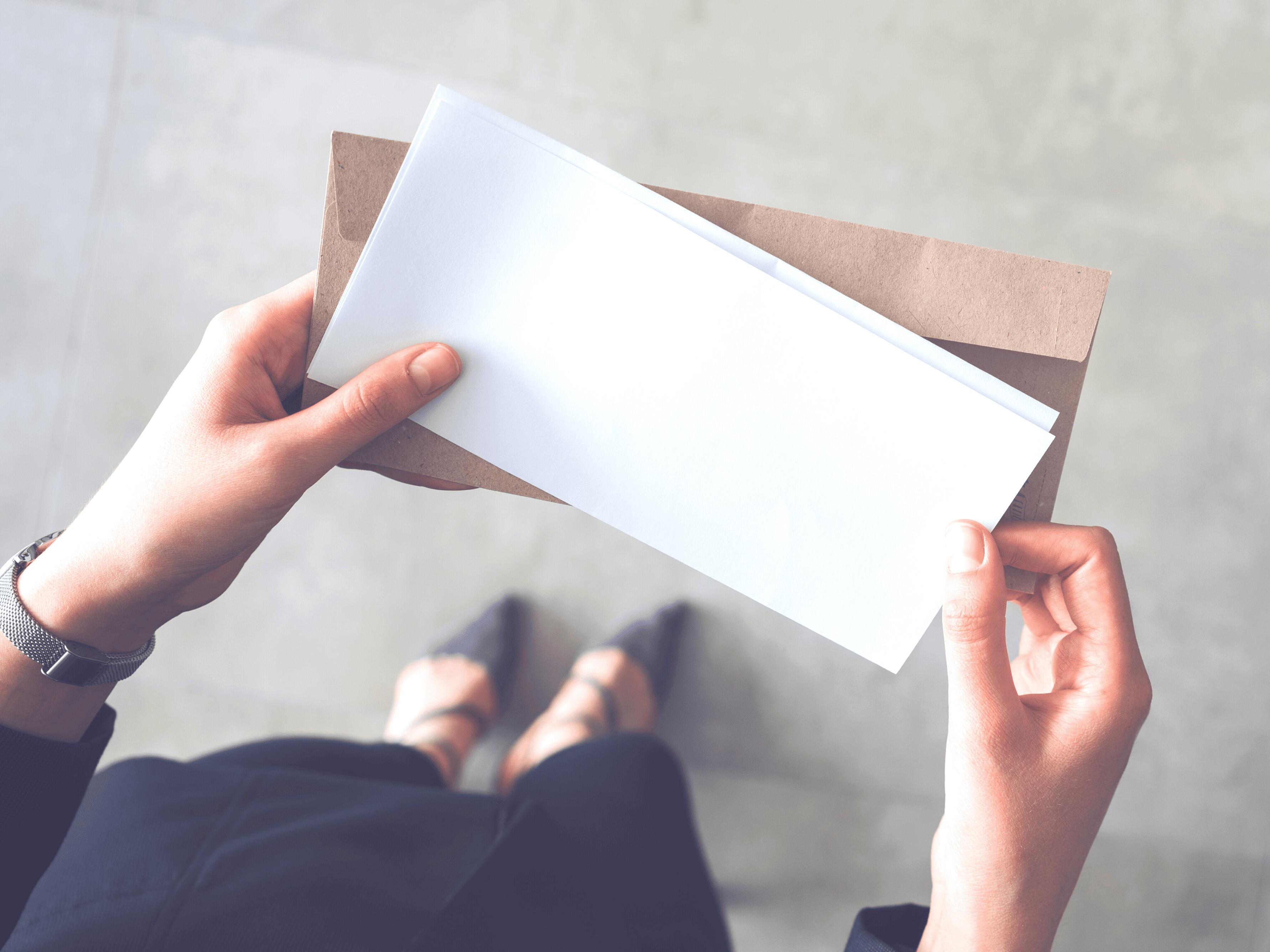femme tenant des lettres