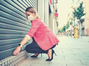 femme fermant sa boutique pendant la crise sanitaire