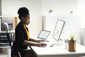 femme saisissant une facture électronique sur son ordinateur