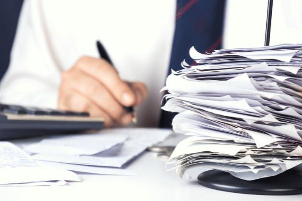 comptable saissant des factures